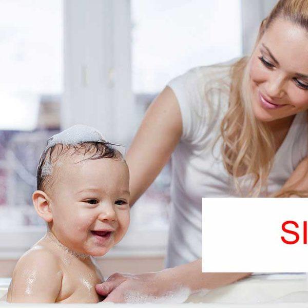 bimbo in vasca con mamma accanto