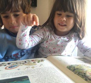 bimbi che leggono fiabe