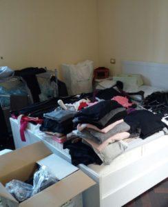 disordine vestiti su letto