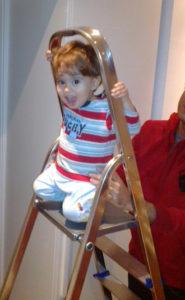 bimbo sulla scala